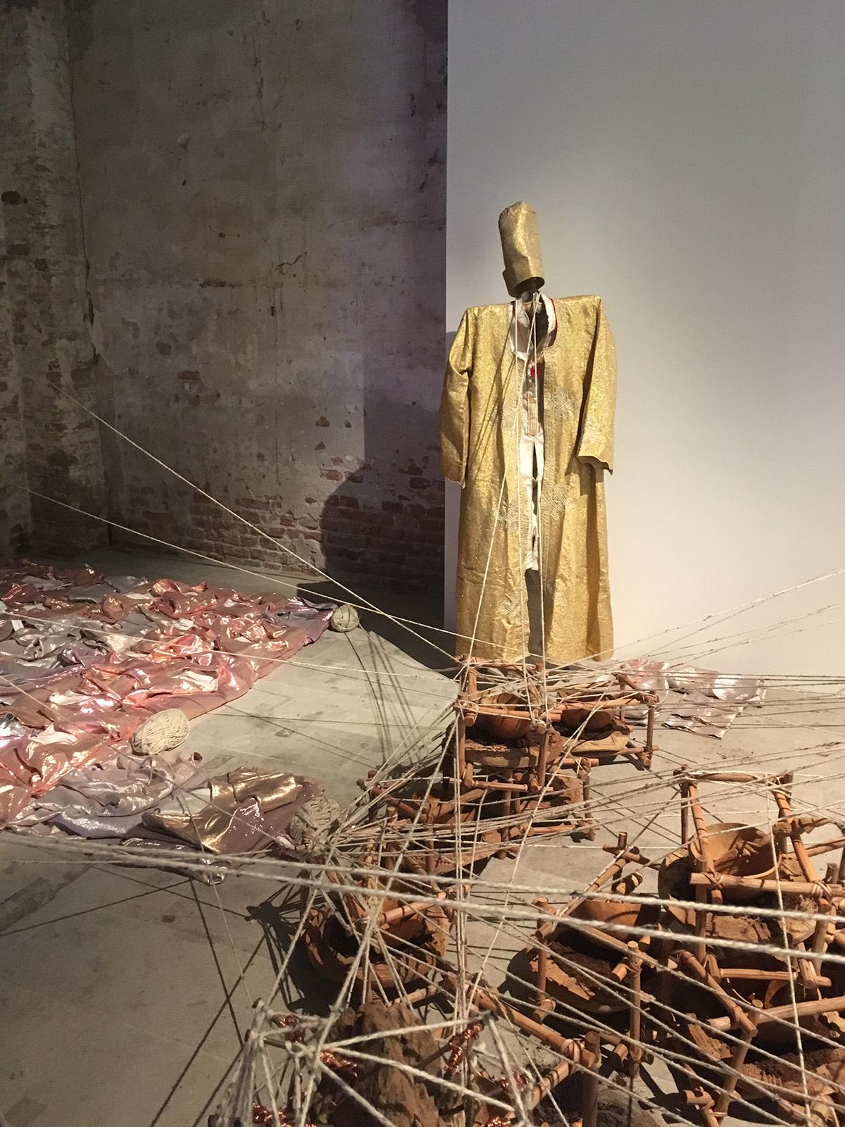 performance-jelili-atiku-biennale-venise-installation