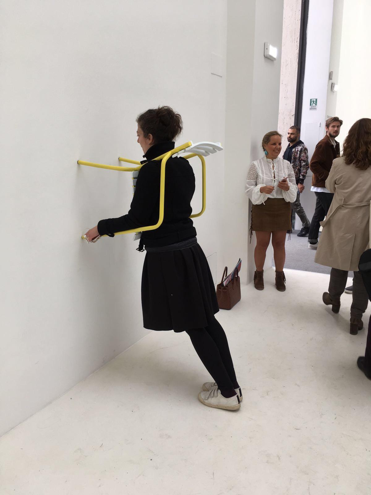 one-minute-sculpture-erwin-wurm-biennale-venise